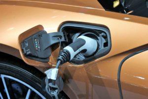 Pourquoi de plus en plus de constructeurs automobiles optent pour le passage à la voiture électrique ?